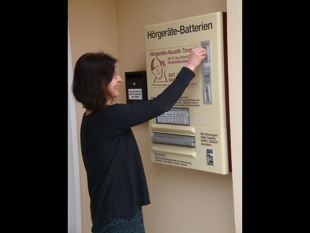Der Batterieautomat am Geschäft von Dr. Timmel