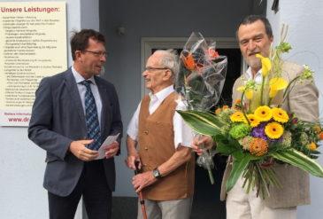 Der Bürgermeister und ein langjähriger Kunde waren die ersten Gratulanten